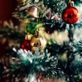 Juletræ med glaskugler