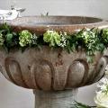 Døbefont med blomsterkrans