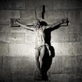Korsfæstet Jesus på murstensmur i sort og hvid