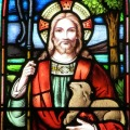 Glasmaleri af Jesus Kristus med hyrdestav bærende et lam
