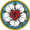 Martin Luthers emblem - Lutherrosen. Hvid blomst på blå baggrund med hjerte med kors i midten