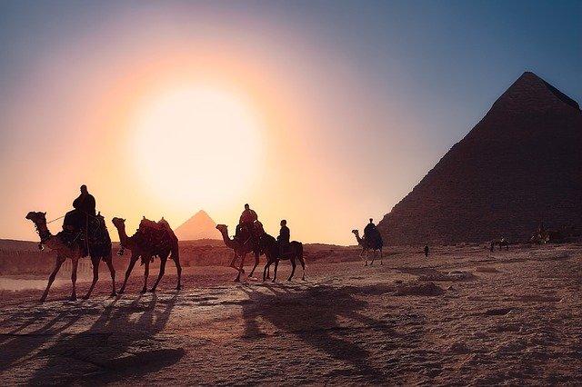 Karavane rider forbi pyramiderne
