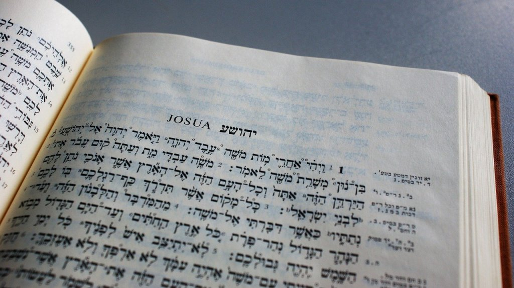 Hebraisk bibel slået op på Josvabogen