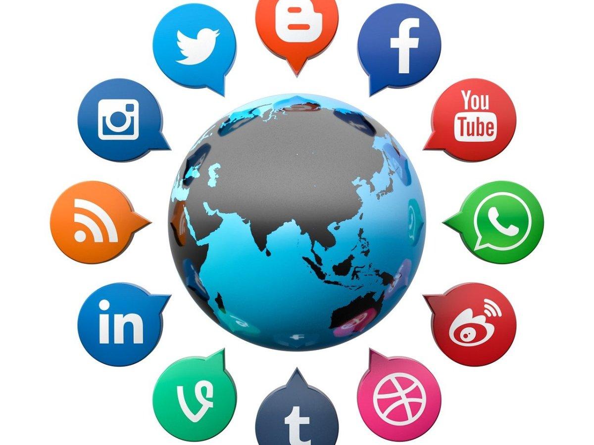 Jordkloden med ikoner fra sociale tjenester omkring den.