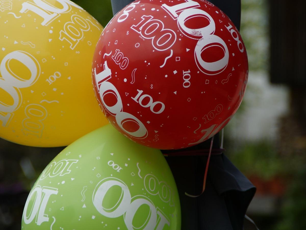 Balloner rød-grøn-gul med tallet 100