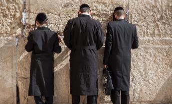 Tre jødiske mænd ved Grædemuren